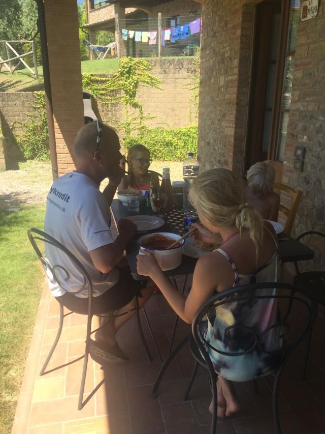 Frokost på terrassen i dejlig skygge - typisk spaghetti alla carbonara med et glas rosé til - LOVE it!