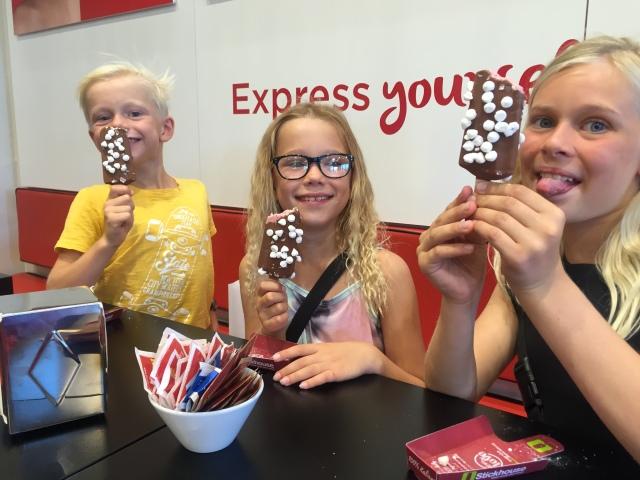 Lys chokolade med skumfiduser valgte alle unger :)