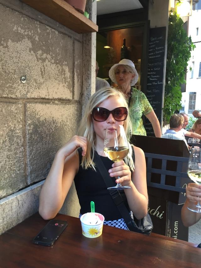 Andrea spiller voksen med sine nye solbriller og mors vin!