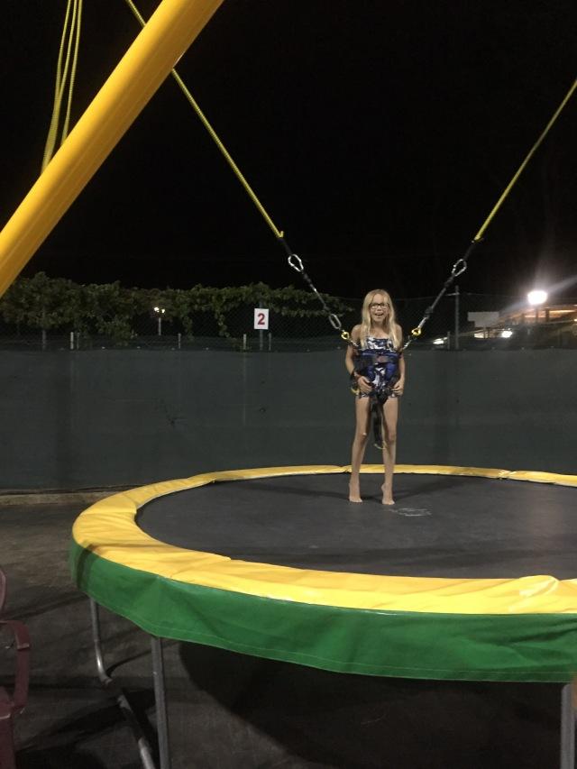 Andrea i mega trampolin
