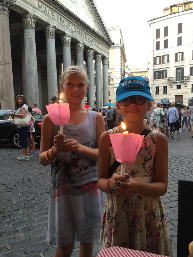 Ved Pantheon spiste vi aftensmad - og der var en mindeceremoni for en ung mand som var omkommet i Nice-angrebet. Pigerne var med og fik lys